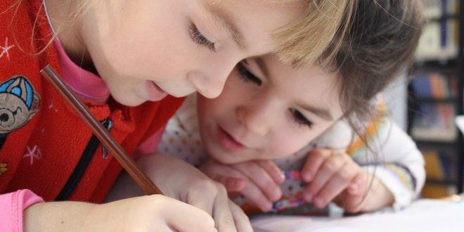 bambini che studiano senza smartphone